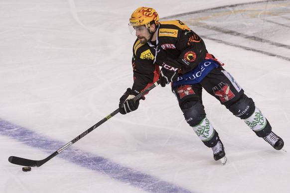 Berns Mark Arcobello fuehrt den Puck, im dritten Eishockey Playoff-Finalspiel der National League A zwischen dem SC Bern und dem EV Zug, am Dienstag, 11. April 2017 in der PostFinance Arena in Bern. (PPR/Alessandro della Valle)