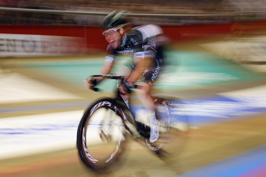 GHENT, BELGIUM - NOVEMBER 23:  Mark Cavendish of Great Britain and Omega Pharma-QuickStep in action in the final madison on day six of the Ghent 6 day race at 'T Kuipke on November 23, 2014 in Ghent, Belgium.  (Photo by Bryn Lennon/Getty Images)