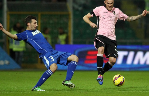 epa04527980 Palermo's Luca Rigoni (R) and Sassuolo's Alessandro Longhi in action during the Italian Serie A soccer match US Palermo vs US Sassuolo at Renzo Barbera stadium in Palermo, Sicily island, Italy, 13 December 2014.  EPA/LANNINO