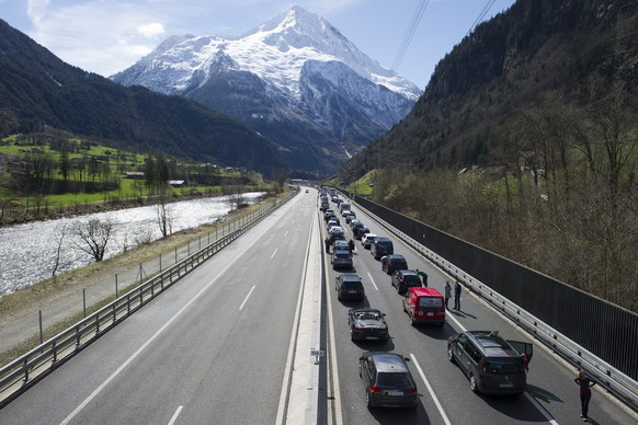 Der Osterverkehr staut sich auf der A2 Richtung Sueden, am Freitag, 3 April 2015, in der Naehe von Silenen. (KEYSTONE/Anthony Anex)Easter holiday traffic queues up at the motorway A2 direction south in front of the Gotthard tunnel in Silenen, Switzerland, Friday, April 3, 2015. (KEYSTONE/Anthony Anex)