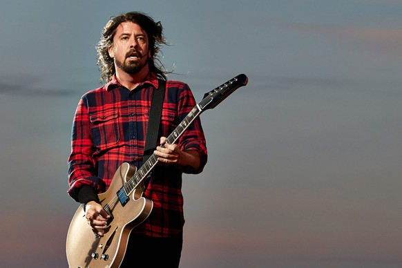 epa04788667 Frontmann Dave Grohl of the US Rockband 'Foo Fighters' performs at the music festival 'Rock am Ring' in Mendig, Germany, 07 June 2015. The event originally took place at the Nuerburgring circuit before it closed its doors in 2014. The 30th edition of the festival takes place on a former military airfield in Mendig from 05 to 07 June.  EPA/THOMAS FREY
