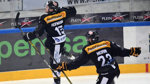 LuganoÕs player Gregory Hofmann, left, and LuganoÕs player Giovanni Morini, right, celebrate the 2-0 goal during the fifth match of the playoff final of the National League of the ice hockey Swiss Championship between the HC Lugano and the ZSC Lions, at the ice stadium Resega in Lugano, Switzerland, Saturday, April 21, 2018. (KEYSTONE/Ti-Press/Gabriele Putzu)