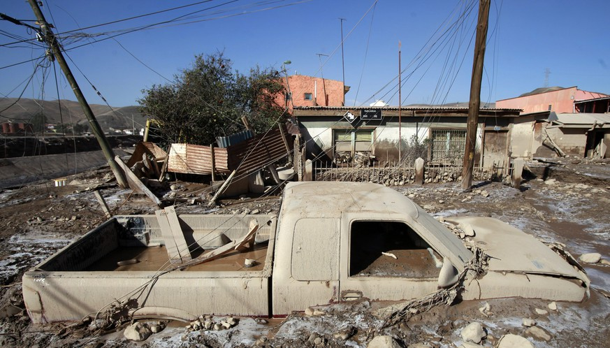 epa04684500 A general view shows a pick up truck covered in mud after three days of torrential floods and rains, in Diego de Almagro, some 1,000 km North of Santiago de Chile, Chile, 28 March 2015. Chilean President Michelle Bachelet said she will remain in the zone of northern Chile devastated by flooding until the crisis eases. Heavy rains and flooding this week have left at least seven people dead and 19 others missing in the regions of Antofagasta, Atacama and Coquimbo.  EPA/FELIPE TRUEBA