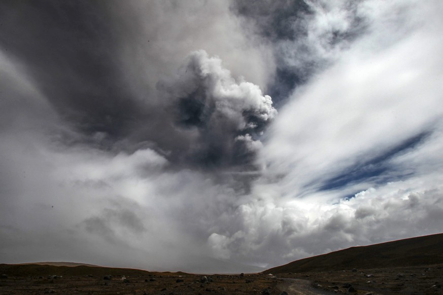 epa04884249 A cloud of ash rises from the Cotopaxi volcano as seen from Cotopaxi National Park, in Latacunga, Ecuador, 14 August 2015. A yellow alert has been issued due to volcanic activity.  EPA/Jose Jacome