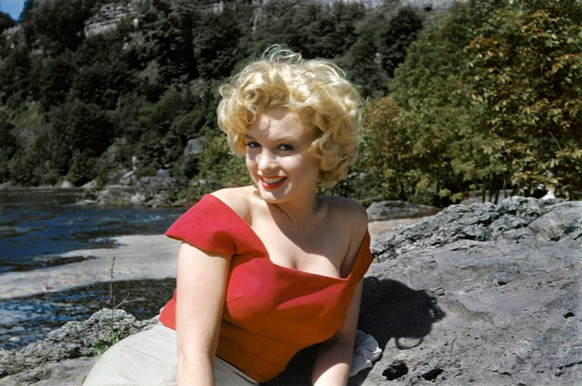 *MANDATORY BYLINE* PIC BY LIMITED RUNS / CATERS NEWS - (PICTURED: Marilyn Monroe during filming of the movie Niagara, in upstate New York. Pic by Allan Snyder) - A collection of never-before-seen images of iconic movie star Marilyn Monroe are set to go on display in New York this week. Included in the collection are images of the blonde bombshell in a white button-down, posing with a Canadian Mountie and modelling in front of a helicopter. The show will also feature shots of a relaxed-looking Marilyn on the sets of movies such as Niagara and River of No Return. Titled Marilyn: The Lost Photos, the exhibit will open on July 23 at the Sumo Gallery in Manhattan. SEE CATERS COPY  (FOTO: DUKAS/CATERSNEWS) *** Local Caption *** *MANDATORY BYLINE* PIC BY LIMITED RUNS / CATERS NEWS - (PICTURED: Marilyn Monroe during filming of the movie Niagara, in upstate New York. Pic by Allan Snyder) - A collection of never-before-seen images of iconic movie star Marilyn Monroe are set to go on