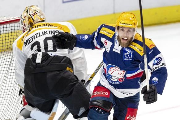 ZSC Lions Stuermer Fredrik Pettersson, rechts, gegen HC Lugano Torhueter Elvis Merzlikins im sechsten Eishockey Playoff-Finalspiel der National League  zwischen den ZSC Lions und dem HC Lugano am Mittwoch, 25. April 2018, in Zuerich. (PPR/Patrick B. Kraemer)