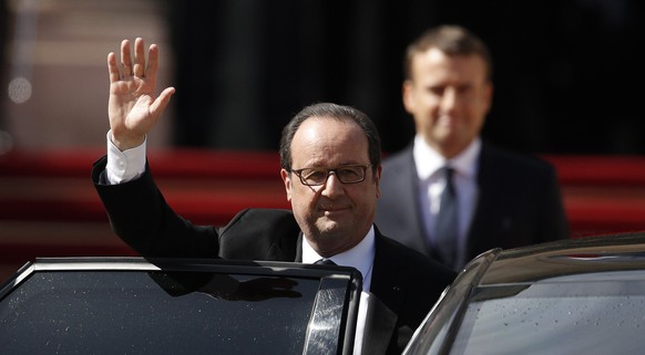 epa05963091 Outgoing French President Francois Hollande (L) waves to the crowd as new French President Emmanuel Macron (R) looks on during a handover ceremony at the Elysee Palace, in Paris, France, 14 May 2017.  EPA/YOAN VALAT / POOL MAXPPP OUT