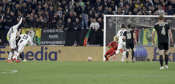 Ajax's Donny van de Beek, 2nd from left, scores his side's opening goal during the Champions League, quarterfinal, second leg soccer match between Juventus and Ajax, at the Allianz stadium in Turin, Italy, Tuesday, April 16, 2019. (AP Photo/Luca Bruno)