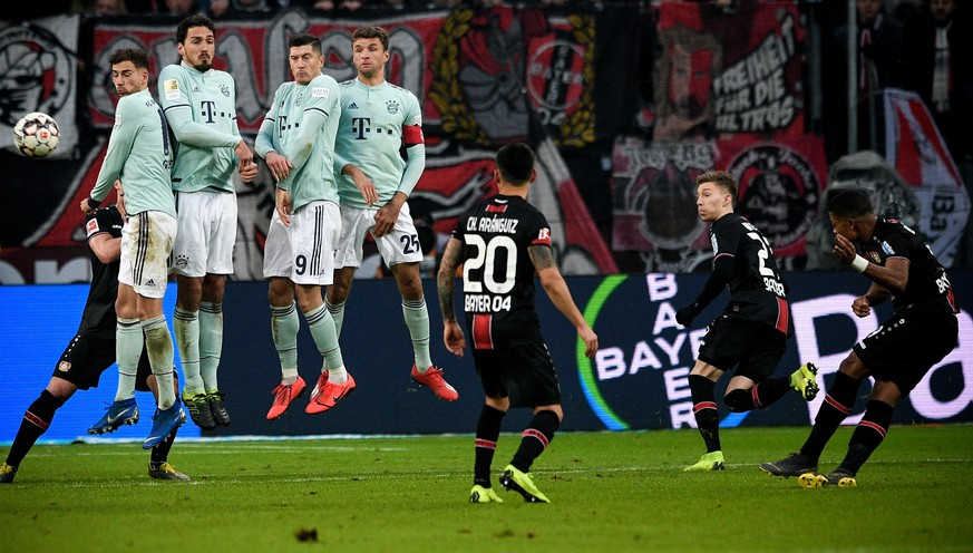 epa07338583 Leverkusen's Leon Bailey (R) scores the 1-1 equalizer during the German Bundesliga soccer match between Bayer Leverkusen and Bayern Munich in Leverkusen, Germany, 02 February 2019.  EPA/SASCHA STEINBACH CONDITIONS - ATTENTION: The DFL regulations prohibit any use of photographs as image sequences and/or quasi-video.