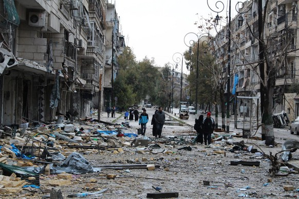 epa05675936 The inhabitants of the eastern neighborhoods of the northern city of Aleppo are seen inspecting their belongings and houses, Syria, on 14 December 2016. The Syrian army claims they have managed to expel rebels from almost 99 percent of the eastern neighborhoods that have been under the rebels' control since 2012.  EPA/STR