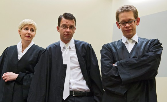 epa04853981 (FILE) A file picture dated 13 June 2013 of defendant Beate Zschaepe's (not pictured) lawyers Anja Sturm (L-R), Wolfgang Stahl and Wolfgang Heer at a court room in Munich, Germany, 13 June 2013. The three defence lawyers representing Beate Zschaepe, a suspected member of a murderous neo-Nazi terrorist cell NSU in Germany, are seeking permission from the court in Munich to resign, meaning the trial could collapse.  EPA/PETER KNEFFEL *** Local Caption *** 50871855