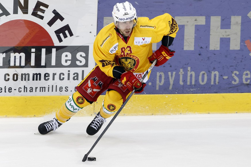 ARCHIVBILD ZUM ABGANG VON CHRIS DI DOMENICO BEI DEN SLC TIGERS ---- Tigers' centre Chris DiDomenico, of Canada, drives the puck, during the game of National League A (NLA) Swiss Championship between Geneve-Servette HC and SCL Tigers, at the ice stadium Les Vernets, in Geneva, Switzerland, Tuesday, September 13, 2016. (KEYSTONE/Salvatore Di Nolfi)