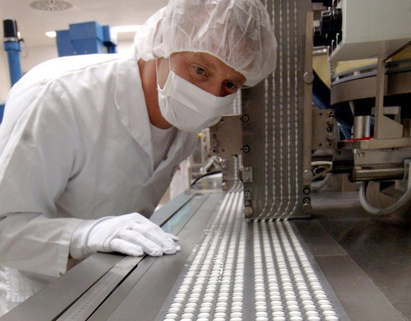The picture, dated 06 July 2005, shows an employee of the pharma company Bayer checking the production of aspirin pills in Bitterfeld, Germany. Due to rising medicine costs the big public health insurance providers do not rule out higher monthly fees. According to the Federal Association of Germans Pharmacist Unions in the first semestre of 2005 the expenditures for phamaceuticals rose 20.1 percent amounting to 11, 1 billion euros.  (KEYSTONE/EPA/Peter Endig)