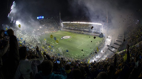 epa04749062 A view of the soccer field seen from the stands during the Libertadores Cup match between the Boca Juniors and River Plate at La Bombonera stadium in Buenos Aires, Argentina, 14 May 2015. The match was suspended after pepper spray was used by fans from the stands, according to local media.  EPA/NICOLAS AGUILERA