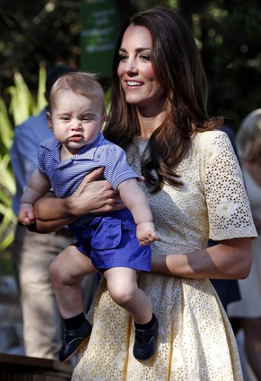 epa04173408 Britain's Catherine, Duchess of Cambridge carries her son Prince George in the Taronga Zoo in Sydney, Australia, 20 April 2014. The Duke and Duchess of Cambridge are on an official visit to Australia until 25 April.  EPA/DAVID GRAY / POOL POOL