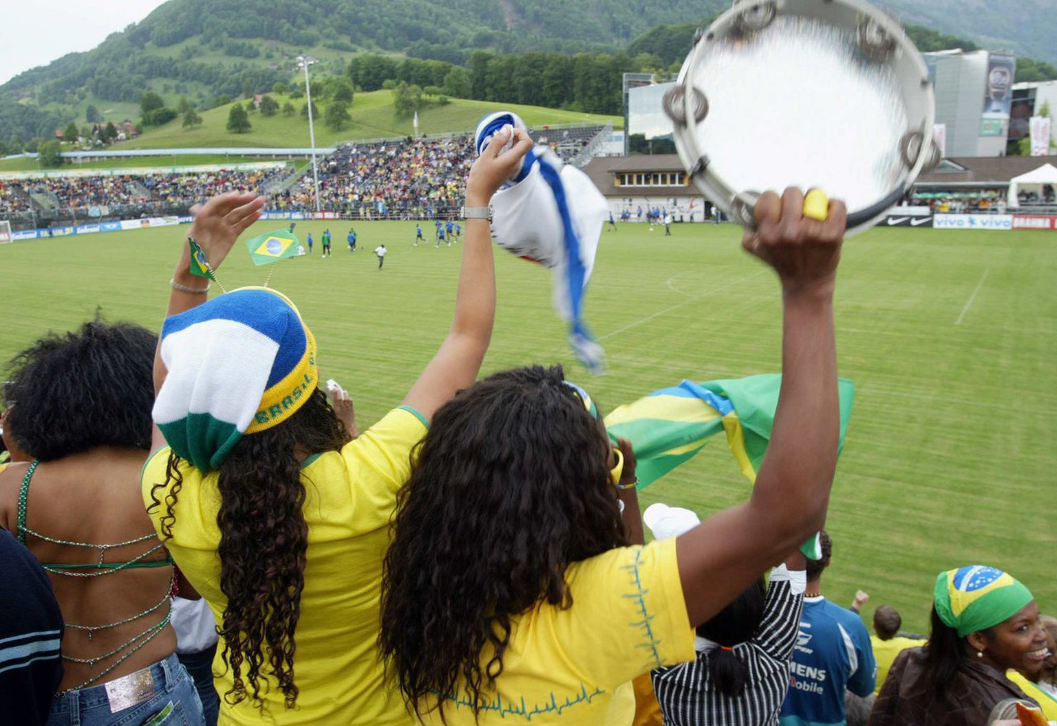 Fans of the Brazilian national soccer team cheer during a trainingsession in Weggis, Switzerland, on Thursday, 25 May 2006. The Brazilian team is in Weggis to prepare for the upcoming World Cup in Germany.   (KEYSTONE/Urs Flueeler)