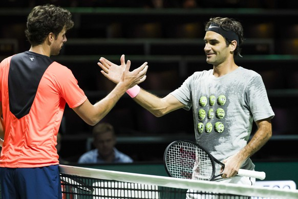 epa06519073 Roger Federer (R) after training with Robin Haase (L) on the first day of the ABN AMRO World Tennis Tournament in Rotterdam, the Netherlands,  12 February 2018.  EPA/KOEN SUYK