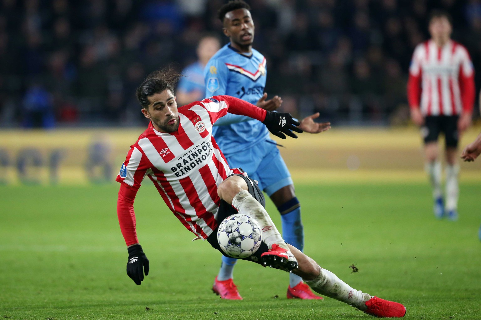 epa08203910 PSV's Ricardo Rodriguez (L) in action against Mike Tresor Ndayishimiye of Willem II during the Dutch Eredivisie match PSV vs Willem II in Eindhoven, The Netherlands, 08 February 2020.  EPA/PIETER STAM DE JONGE