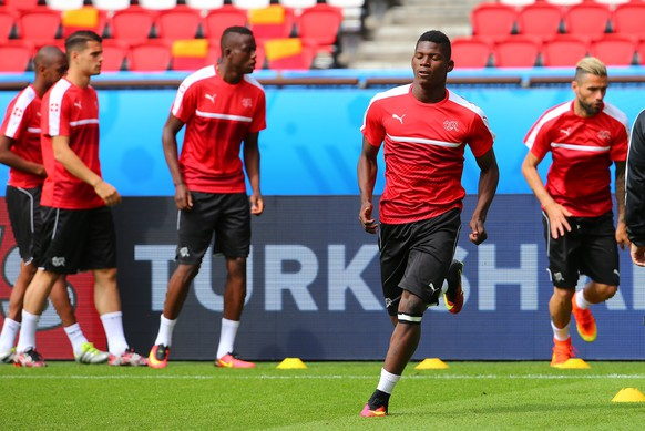 epa05364263 Switzerland national soccer team player Breel Embolo (2-R) during a training session at Parc des Princes in Paris, France, 14 June 2016. Switzerland will face Romania in the UEFA EURO 2016 Group A preliminary round match in Paris on 15 June 2016.   (RESTRICTIONS APPLY: For editorial news reporting purposes only. Not used for commercial or marketing purposes without prior written approval of UEFA. Images must appear as still images and must not emulate match action video footage. Photographs published in online publications (whether via the Internet or otherwise) shall have an interval of at least 20 seconds between the posting.)  EPA/SRDJAN SUKI