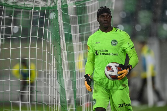 epa08694745 St. Gallens goalkeeper Lawrence Ati Zigi during the UEFA Europa League third qualifying round soccer match between FC St. Gallen and AEK Athens in St. Gallen, Switzerland, 24 September 2020.  EPA/GIAN EHRENZELLER