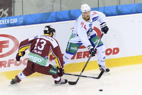 Le joueur zougois, Nick Spaling,, droite, lutte pour le puck avec le joueur genevois, Nick Spaling, gauche, lors du match de hockey sur glace de demi-finale de la Coupe de Suisse, Swiss Ice Hockey Cup, entre le Geneve Servette HC et le HEV Zoug, ce mercredi 4 janvier 2017 a la patinoire des Vernets a Geneve. (KEYSTONE/Martial Trezzini)