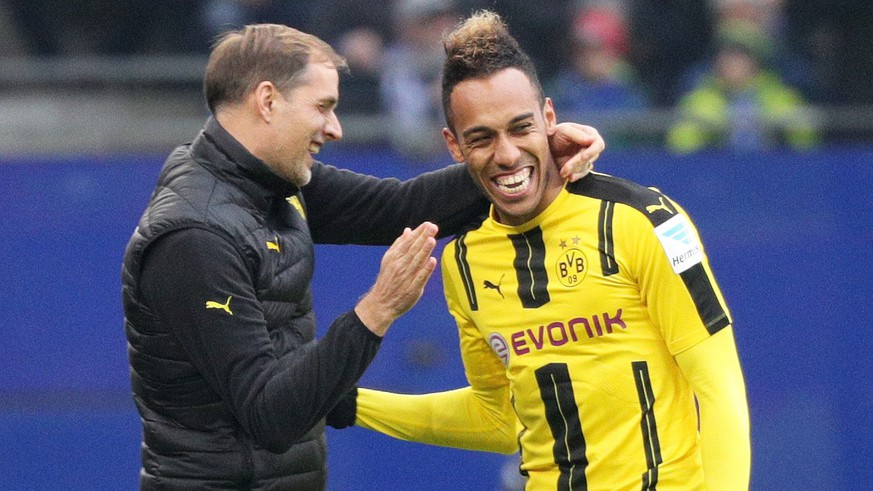 epa05618794 Dortmund's coach Thomas Tuchel (l) and Pierre-Emerick Aubameyang cheer after Aubameyang's 0:1 goal during the soccer match between Hamburger SV and Borussia Dortmund at Volksparkstadion in Hamburg, Germany, 5 November 2016. 