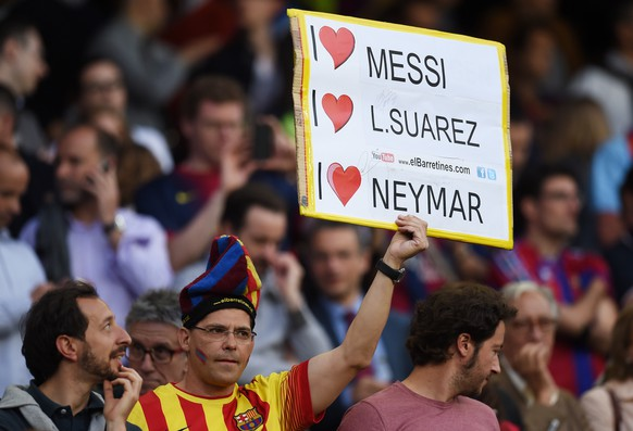 BARCELONA, SPAIN - MAY 06:  A Barcelona fan cheers on his team during the UEFA Champions League Semi Final, first leg match between FC Barcelona and FC Bayern Muenchen at Camp Nou on May 6, 2015 in Barcelona, Spain.  (Photo by Matthias Hangst/Bongarts/Getty Images)