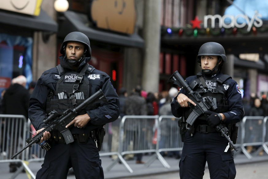 Members of the New York Police Department's Strategic Response Group take part in a security detail outside Macy's in advance of Thanksgiving in Manhattan, New York November 23, 2015. REUTERS/Andrew Kelly
