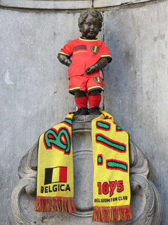 epa04113480 Manneken Pis is pictured wearing the new jersey of Belgium national soccer team for the next world cup, in Brussels, Belgium, 07 March 2014.  EPA/JULIEN WARNAND