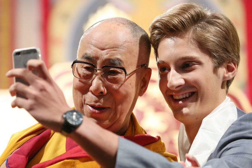 epa04366016 Mattaeus Uitz, (R) takes a selfie of himself with the Dalai Lama (L), spiritual leader of the Tibetans, during the event 'Mastering live through mental training' at the CCH in Hamburg, Germany, 24 August 2014.  The Dalai Lama will speak at the Congress Center Hamburg (CCH) from 23 to 26 August about human rights and give Buddhistic guidance.  EPA/BODO MARKS