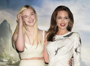 epa04198039 US actresses Angelina Jolie (R) and Elle Fanning (L) pose during a photocall for the movie 'Maleficent' in London, Britain, 09 May 2014. The movie will be released in British theaters on 28 May.  EPA/FACUNDO ARRIZABALAGA