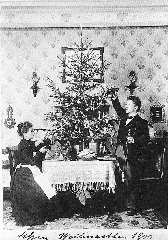 http://www.inbeta.de/schlampe/heimatmuseum2/index.htm From 1900 to 1945 Anna and Richard Wagner had a photograph taken of themselves in their front room every Christmas Eve, and they sent the picture as a Christmas Card to their friends weihnachten deutschland 1900