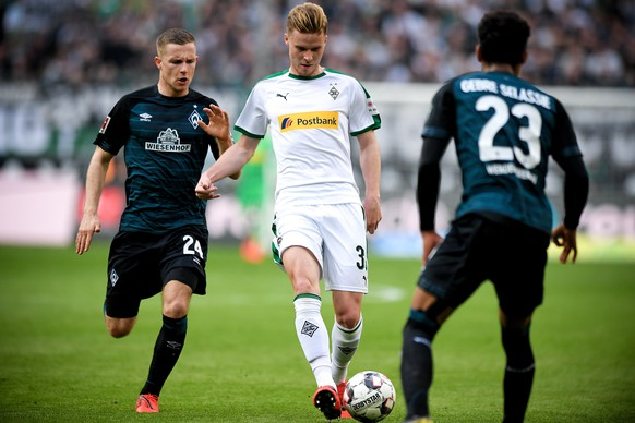 epa07490619 Moenchengladbach's Nico Elvedi (C) in action against Bremen players Johannes Eggestein (L) and Theodor Gebre Selassie (R) during the German Bundesliga soccer match between Borussia Moenchengladbach and Werder Bremen at Borussia-Park in Moenchengladbach, Germany, 07 April 2019.  EPA/SASCHA STEINBACH CONDITIONS - ATTENTION: The DFL regulations prohibit any use of photographs as image sequences and/or quasi-video.