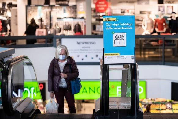 Kunden tragen Masken zur Eindaemmung der Ausbreitung des Coronavirus im Einkaufszentrum Breggia in Balerna am Freitag, 9. Oktober 2020. Das Tessin f
