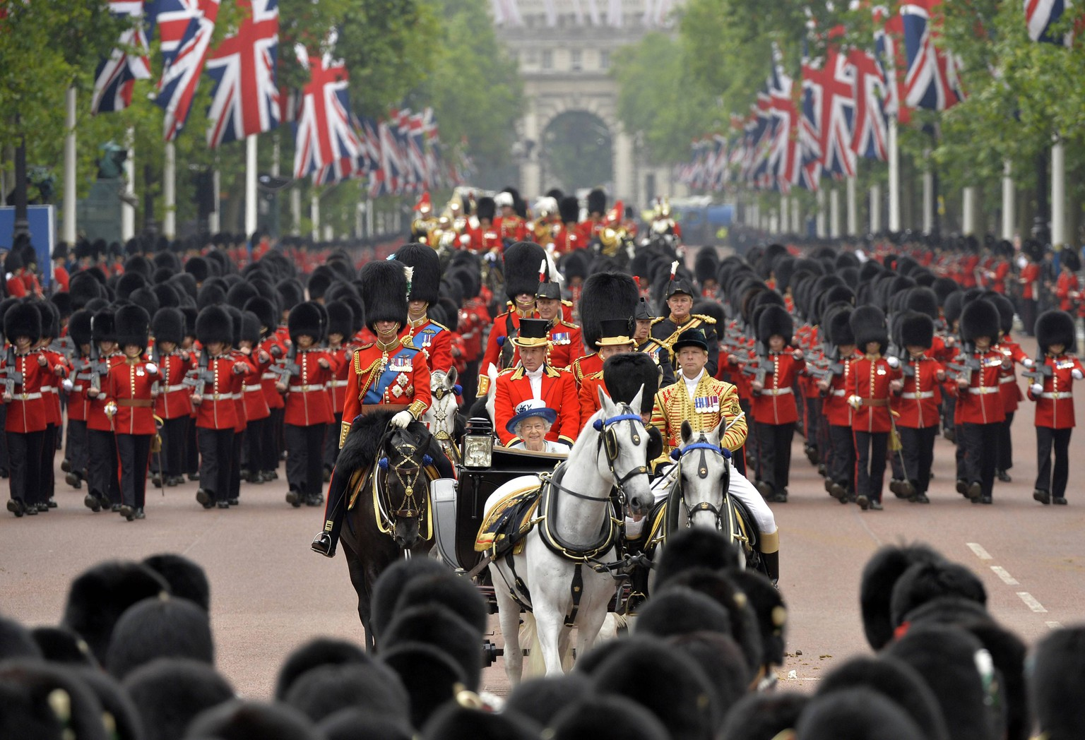 Britain's Queen Elizabeth (C) rides down The Mall as she returns to Buckingham Palace in the annual Trooping the Colour ceremony to celebrate her official birthday in central London, June 14, 2014. REUTERS/Toby Melville (BRITAIN - Tags: ANNIVERSARY ROYALS)