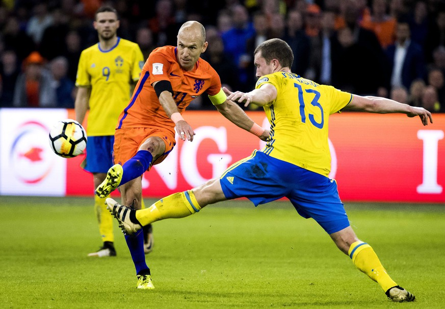 epa06257604 Arjen Robben (L) of the Netherlands vies for the ball with Jakob Johansson (R) of Sweden during the FIFA World Cup 2018 qualifying Group A soccer match between Netherlands and Sweden, in Amsterdam, The Netherlands, 10 October 2017.  EPA/Koen van Weel