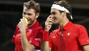 ZUM 30. GEBURTSTAG DES SCHWEIZER TENNISSPIELERS STAN WAWRINKA AM SAMSTAG, 28. MAERZ 2015, STELLEN WIR IHNEN FOLGENDES BILDMATERIAL ZUR VERFUEGUNG - Switzerland's Stanislas Wawrinka, left, speaks with his doubles partner Roger Federer, right, during their doubles match of the Davis Cup World Group Quarterfinal match between Switzerland and Kazakhstan at Palexpo in Geneva, Switzerland, Saturday, April 5, 2014. (KEYSTONE/Salvatore Di Nolfi)