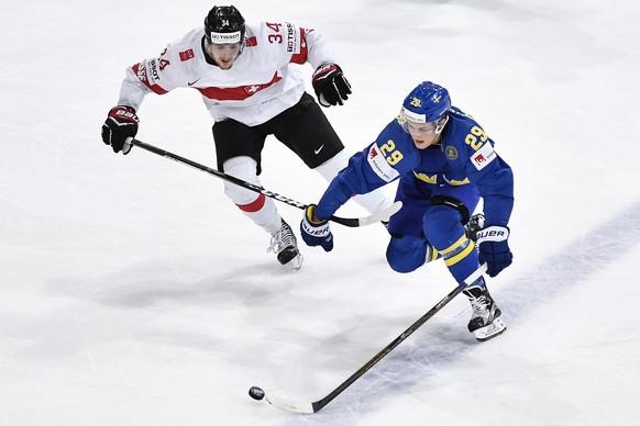 Switzerland's Dean Kukan, left, in action against Sweden's William Nylander during their Ice Hockey World Championship quarter final match between Switzerland and Sweden in Paris, France on Thursday, May 18, 2017. (KEYSTONE/Peter Schneider)