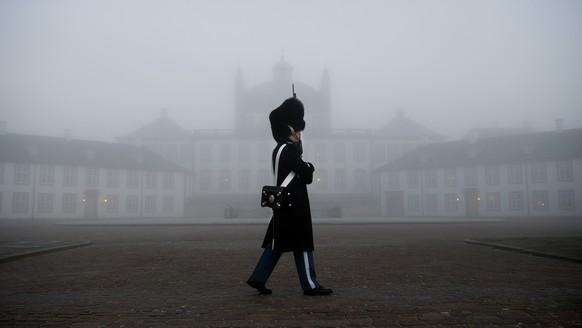 epaselect epa06524127 Guards on patrol at Fredensborg Palace, in Fredensborg, Denmark, 14 February 2018. According to media reports on 14 February 2018, Prince Henrik of Denmark has died at the age of 83. In 2017 He was diagnosed with dementia and was recently hospitalized after falling ill in Egypt. He returned to Denmark for a stay in the Rigshospitale in Copenhagen, and during a series of examinations a benign tumor was discovered on his left lung. His condition worsened and, according to media reports, he passed away in his sleep at Fredensborg Palace on the evening of 13 February 2018. Prince Henrik is survived by his wife, two sons and eight grandchildren.  EPA/LISELOTTE SABROE DENMARK OUT