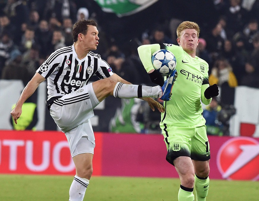 epa05041904 Juventus' Stephan Lichtsteiner (L) and Manchester City's Kevin De Bruyne in action during the UEFA Champions League soccer match Juventus FC vs Manchester City FC at the Juventus Stadium in Turin, Italy, 25 November 2015.  EPA/ANDREA DI MARCO