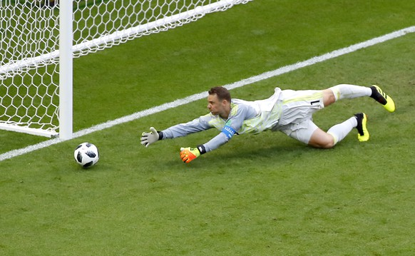 epa06844620 Goalkeeper Manuel Neuer of Germany in action during the FIFA World Cup 2018 group F preliminary round soccer match between South Korea and Germany in Kazan, Russia, 27 June 2018.