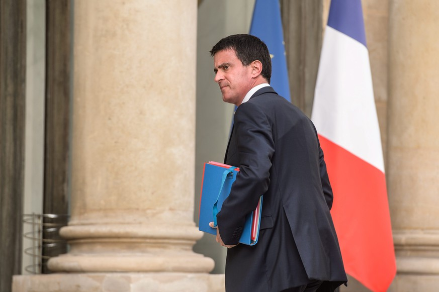 epa05443042 French Prime Minister Manuel Valls arrives at Elysee Palace for a meeting with Francois Hollande and religious representatives, in Paris, France, 27 July 2016. According to reports, two hostage takers were killed by the police after they took hostages at a church in Saint Etienne du Douvray on 26 July 2016. One of the hostages, a priest was killed by one of the perpetrators.  EPA/CHRISTOPHE PETIT TESSON