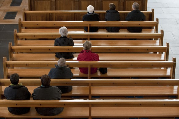 Catholics attend the service at the parish church in Stans in the canton of Nidwalden, Switzerland, pictured on November 1, 2009. (KEYSTONE/Alessandro Della Bella)Katholikinnen und Katholiken nehmen am 1. November 2009 in der Pfarrkirche in Stans im Kanton Nidwalden am Gottesdienst teil. (KEYSTONE/Alessandro Della Bella)