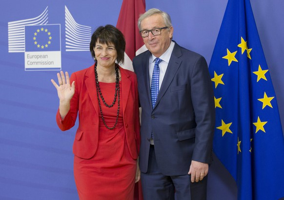 epa05891476 EU commission President Jean-Claude Juncker (R) welcomes the President of the Swiss Confederation Doris Leuthard (L), prior to a meeting in Brussels, Belgium, 06 April 2017.  EPA/OLIVIER HOSLET