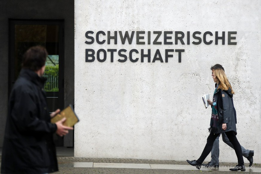 epa05943501 People walk past the entrance of the Swiss Embassy, in Berlin, Germany, 04 May 2017. The German Government called in the Swiss ambassador for a meeting after the detention of suspected spy two days ago.  EPA/FELIPE TRUEBA