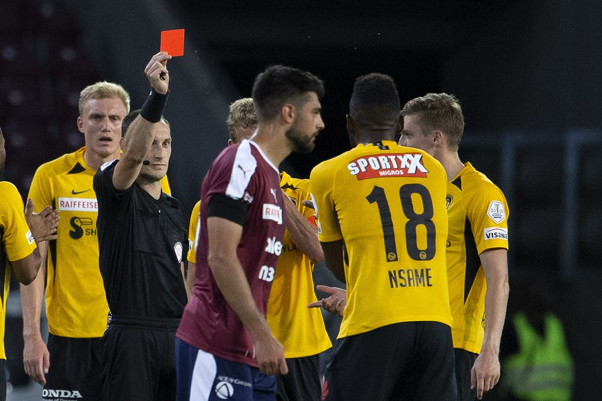 the referee Stefan Horisberger shows the red card to Young Boys' forward Jean-Pierre Nsame #18, during the Super League soccer match of Swiss Championship between Servette FC and BSC Young Boys, at the Stade de Geneve stadium, in Geneva, Switzerland, Tuesday, June 30, 2020. All Super League soccer matches of Swiss Championship are played to behind the semi closed doors (only 1000 persons can be present in the stadium) due to preventive measure against a second wave of the coronavirus COVID-19. (KEYSTONE/Salvatore Di Nolfi)