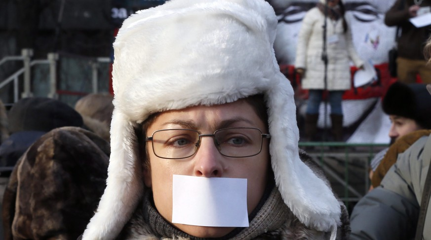 epa04499491 A woman with a symbolic sealed mouth attend a rally in support of freedom of speech in Moscow, Russia, 22 November 2014. The protest organized by the social and political activists media groups, is held in support of freedom of speech, against the pressure on the media and journalists.  EPA/YURI KOCHETKOV