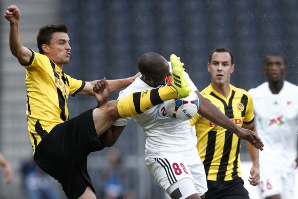 Bern's Alain Rochat, left, fights for the ball with Debrecen's l'Imam Seydi during their Europa League Play-offs first leg match between Switzerland's Young Boys Bern and Hungary's Debrecen VSC at the Stade de Suisse Stadium in Bern, Switzerland, Thursday, August 21, 2014. (KEYSTONE/Peter Klaunzer)