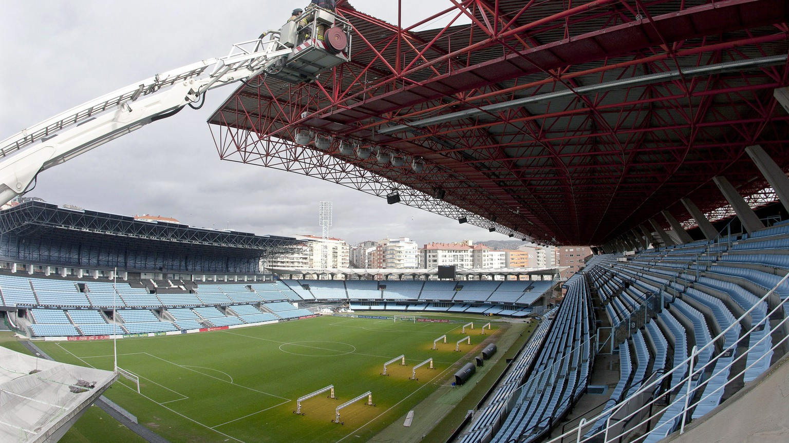 epa05775080 Firefighters work on the damaged roof of the Balaidos stadium in Vigo, northwestern Spain, 06 February 2017, after the Spanish Primera Division soccer match between Celta Vigo and Real Madrid on 05 February 2017 has been suspended due to damages caused by strong winds. At least five people were injured due to heavy rainfall and strong winds hitting northern Spain.  EPA/SALVADOR SAS