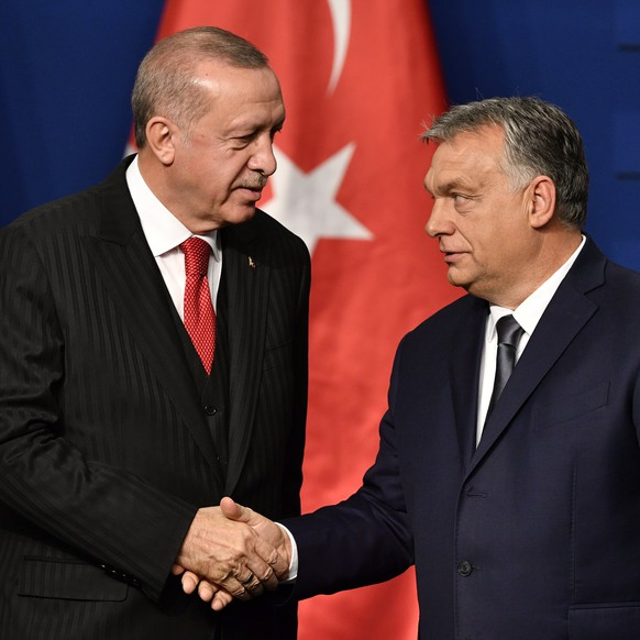 epa07979152 Turkish President Recep Tayyip Erdogan (L) and Hungarian Prime Minister Viktor Orban shake hands during a joint press conference after their meeting in Budapest, Hungary, 07 November 2019.  EPA/ZSOLT SZIGETVARY HUNGARY OUT